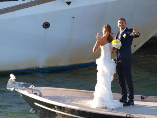 Gli sposi arrivano in barca