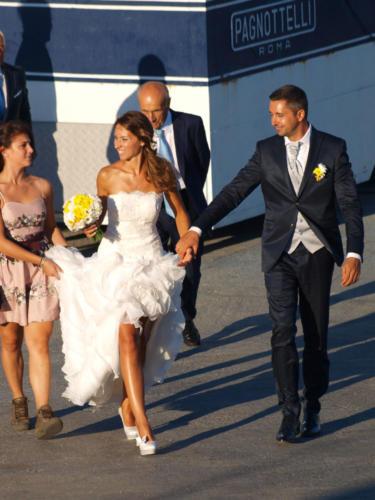Gli sposi raggiungono gli invitati