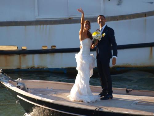 Gli sposi salutano dalla barca