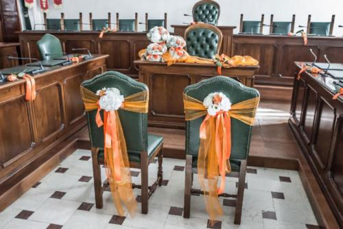 Le sedie della sala in attesa degli sposi